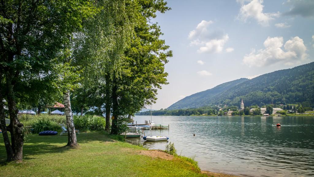 Seeufer Bodensdorf, Blick auf ehemaliges Benediktinerkloster in Ossiach