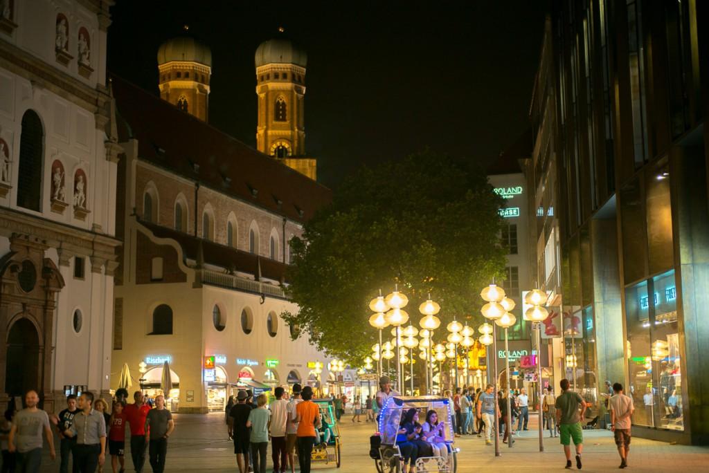 In der Kauffingerstrasse Leica M mit 50mm Summilux asph. bei f/4.0   1/60sec    ISO 320