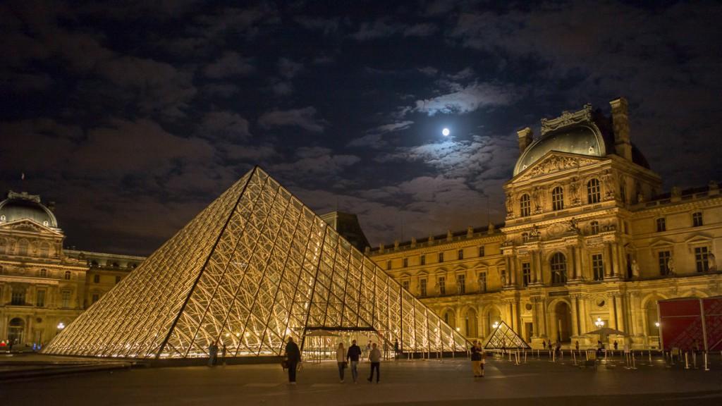 Mond über dem Louvre Leica M mit 28mm Elmarit asph. bei f/4.0 1/25sec ISO 3200