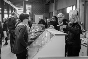 """<div class=""""erm-title-wrapper"""">Catering, 50mm Summicron bei f/2</div>"""