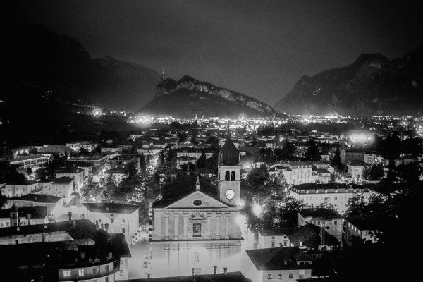 Blick auf Arco, Leica M4 mit 35mm Summilux bei f/2.0   1 sec  Orange-Filter  Ilford HP5