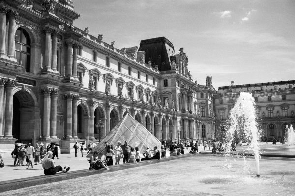 "<div class=""erm-title-wrapper"">Am Louvre</div>"