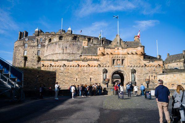 Am Eingang zur Burg.
