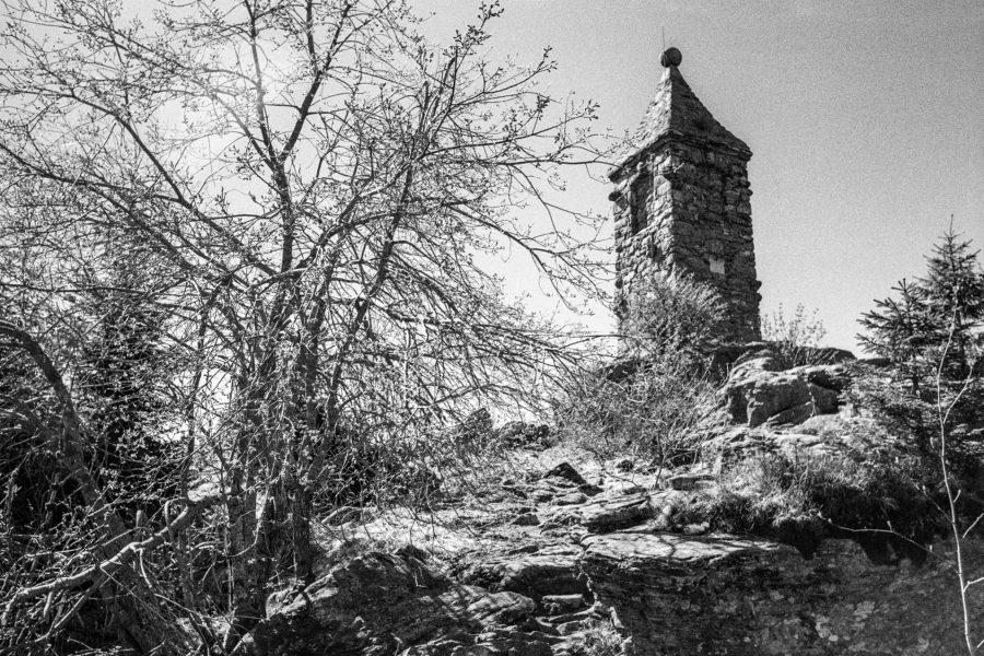 Grosser Riedelstein mit Waldschmidt-Denkmal. Leica IIIf mit 3,5cm Summaron, Orange-Filter, Kodak Tri-X