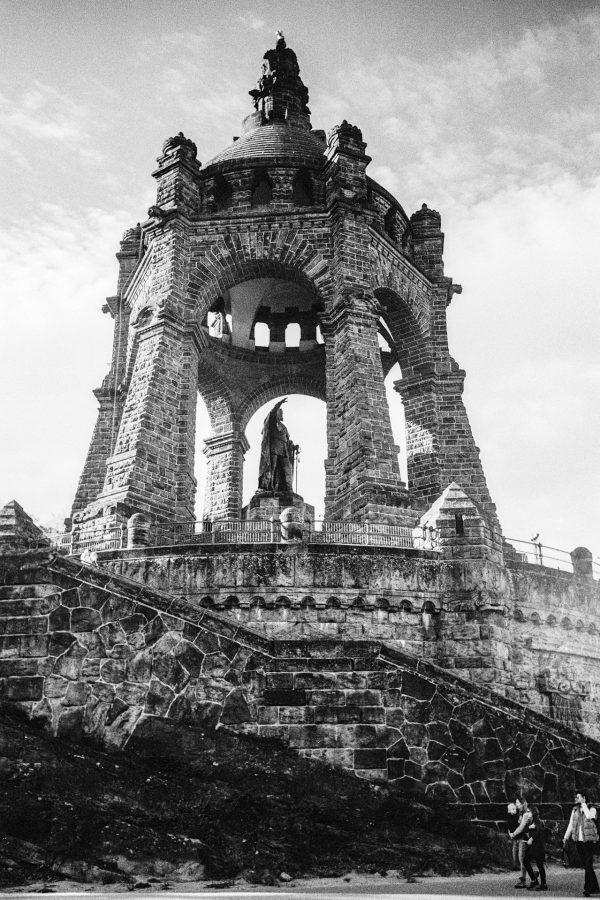 Das Monument. Leica IIIf mit 3,5cm Summaron, Kodak Tri-X