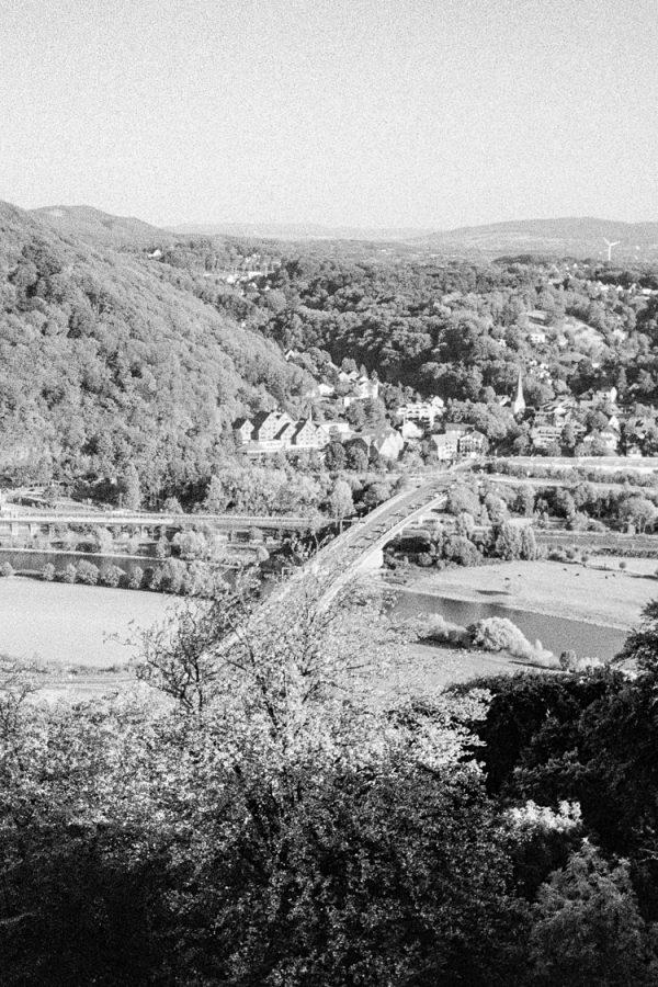 Blick auf Hausberge. Leica IIIf mit 3,5cm Summaron, Kodak Tri-X