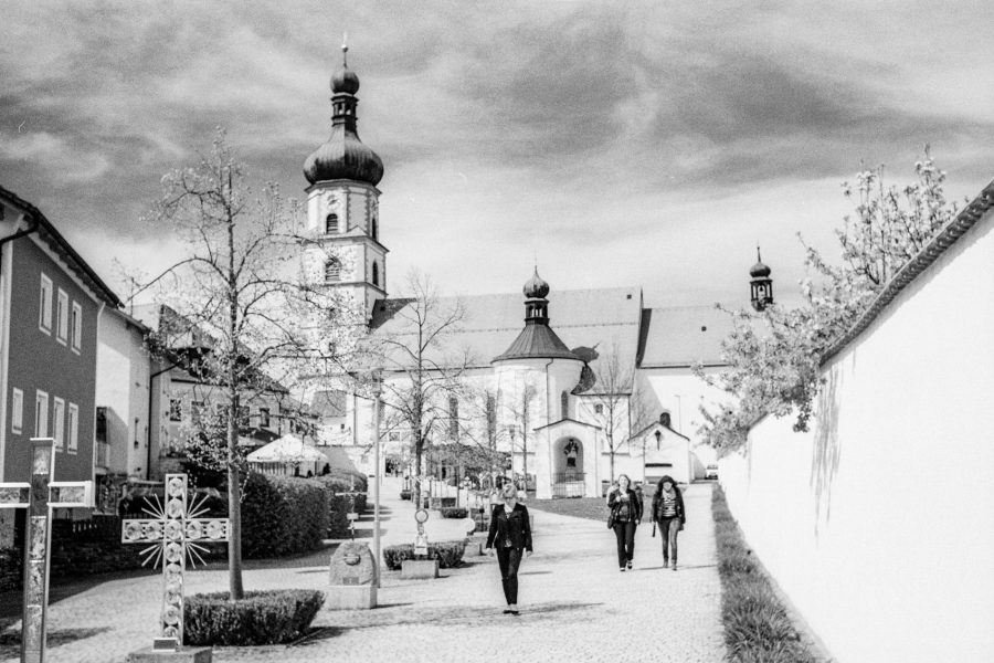 Franziskanerkloster in Neukirchen. Leica IIIf mit 3,5cm Summaron, Orange-Filter, Kodak Tri-X