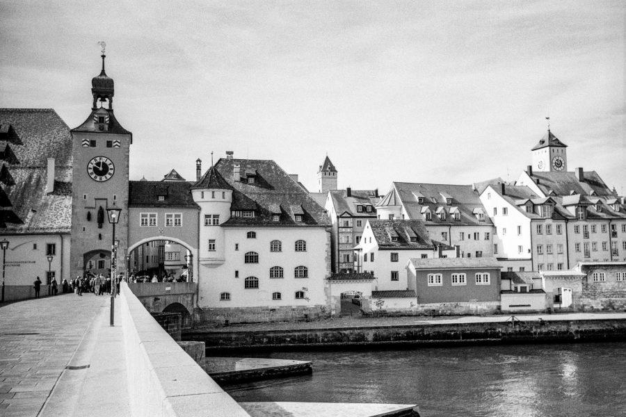Auf der Steinernen Brücke. Leica IIIf mit 3,5cm Summaron, Orange-Filter, Kodak Tri-X