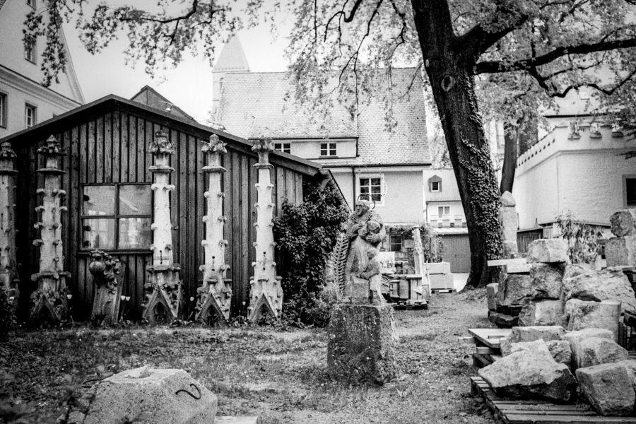 Dombauhütte. Leica IIIf mit 3,5cm Summaron, Orange-Filter, Kodak Tri-X