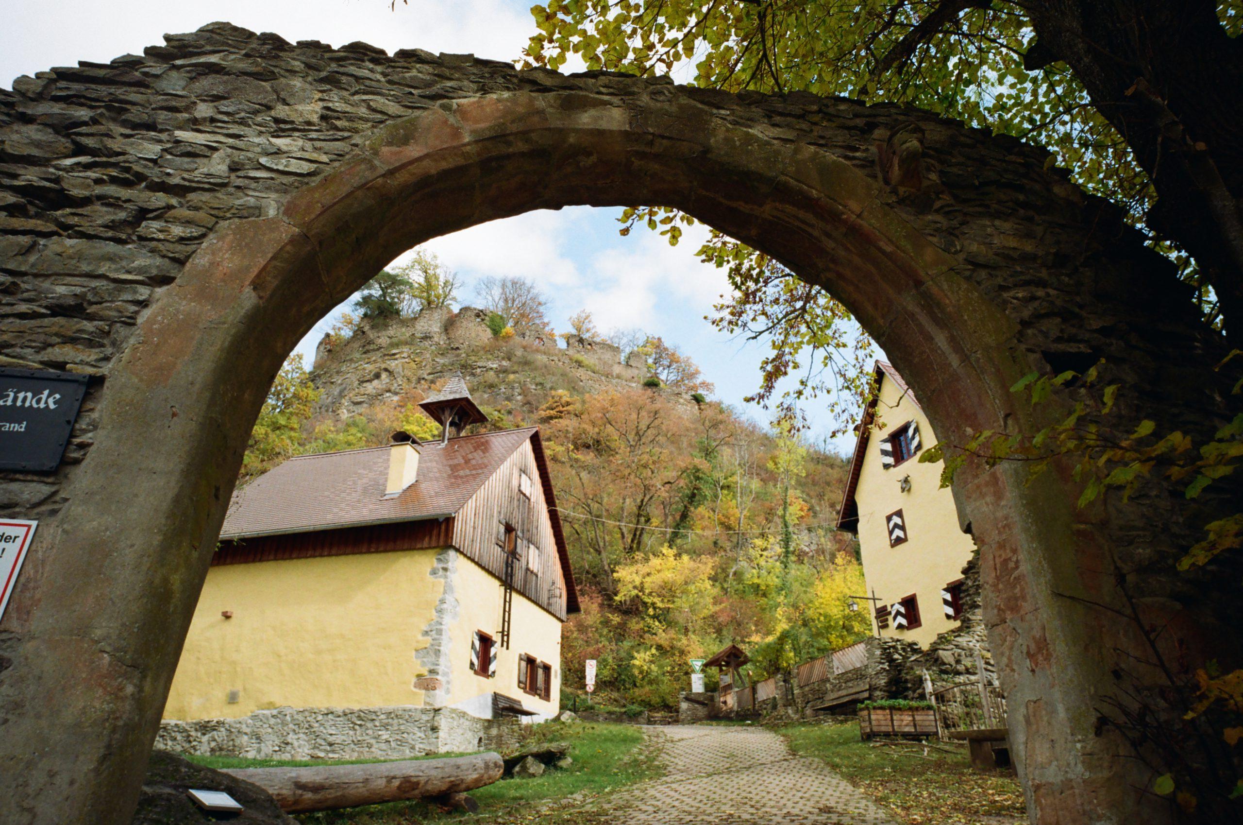 Wer durch dieses Tor schreitet, kann die Landschaft des Hegau, etwas nordwestlich des Bodensees, mit seinen Bergen und Ruinen besonders gut genießen. BessaR4M, Voigtländer Color-Skopar 21/4.0 Kodak ProImage100.