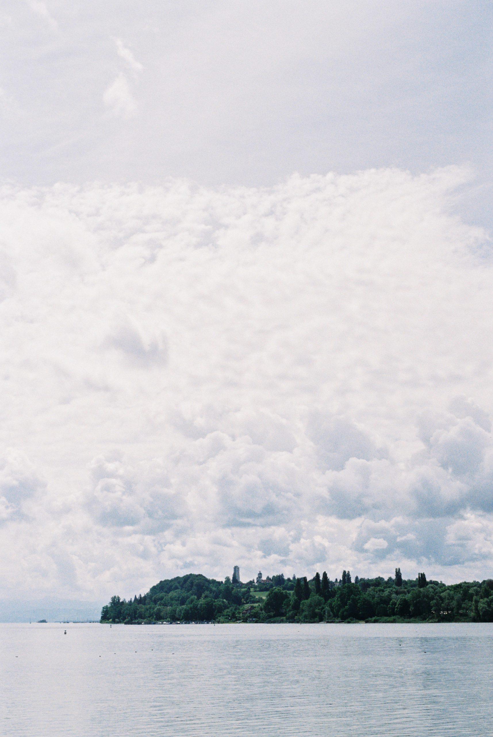 Kontrast und nuancenreiche Differenzierung gefallen mir bei diesem Blick von der Insel Mainau zum Festland ausnehmend gut. Auch hier kommt der warme Grundton des Konica-Objektivs gut raus. Konica Hexar RF mit Konica M-Hexanon 50/2. Kodak Gold 200.