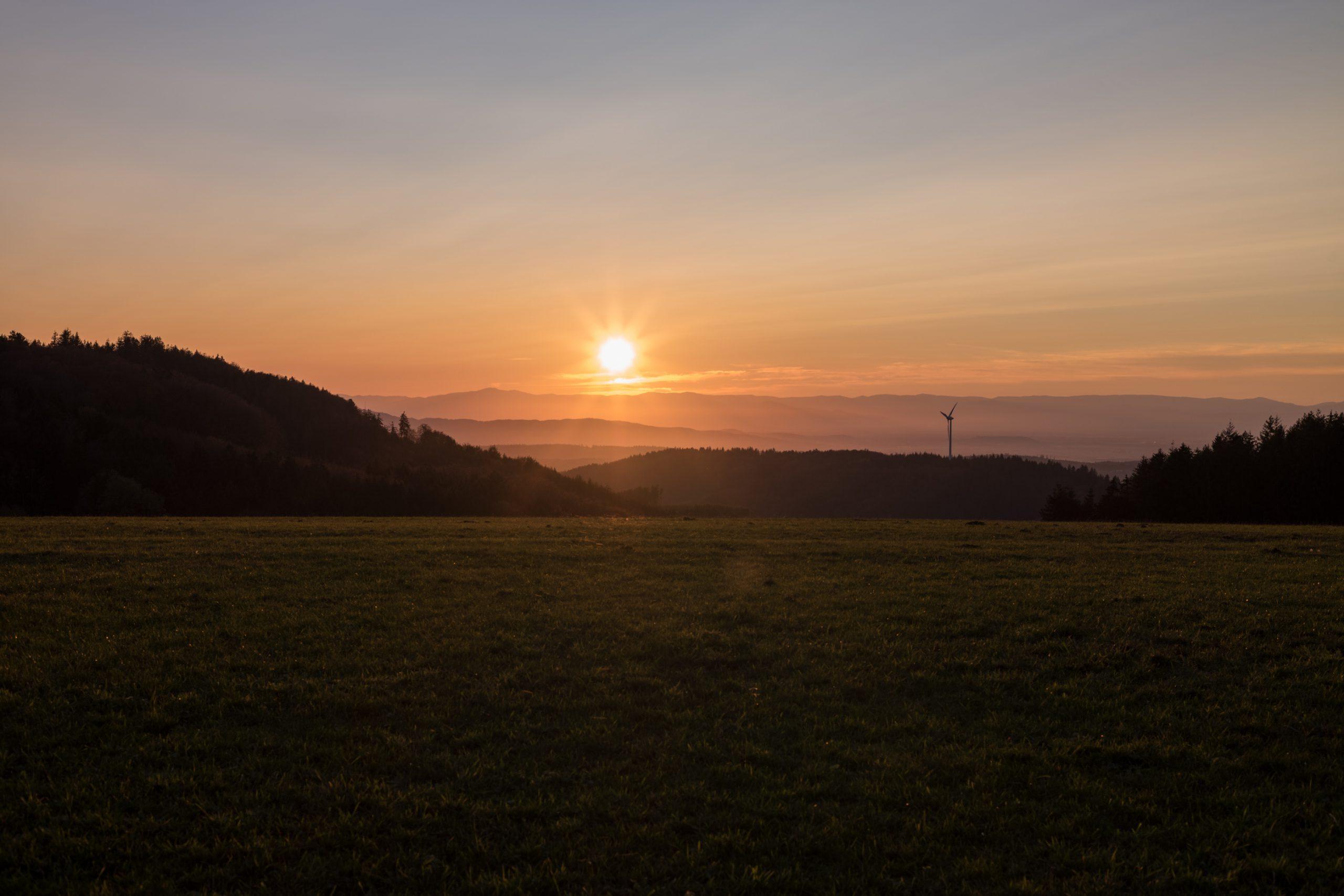Sonnenuntergang über den Vogesen, hier von den gegenüberliegenden ersten Schwarzwaldhügeln gesehen. Das M-Hexanon packt das gut (dunkle Bereiche aufgehellt, um das Ausmaß der Überstrahlung besser zu zeigen. Konica M-Hexanon 50/2 an Leica M10.