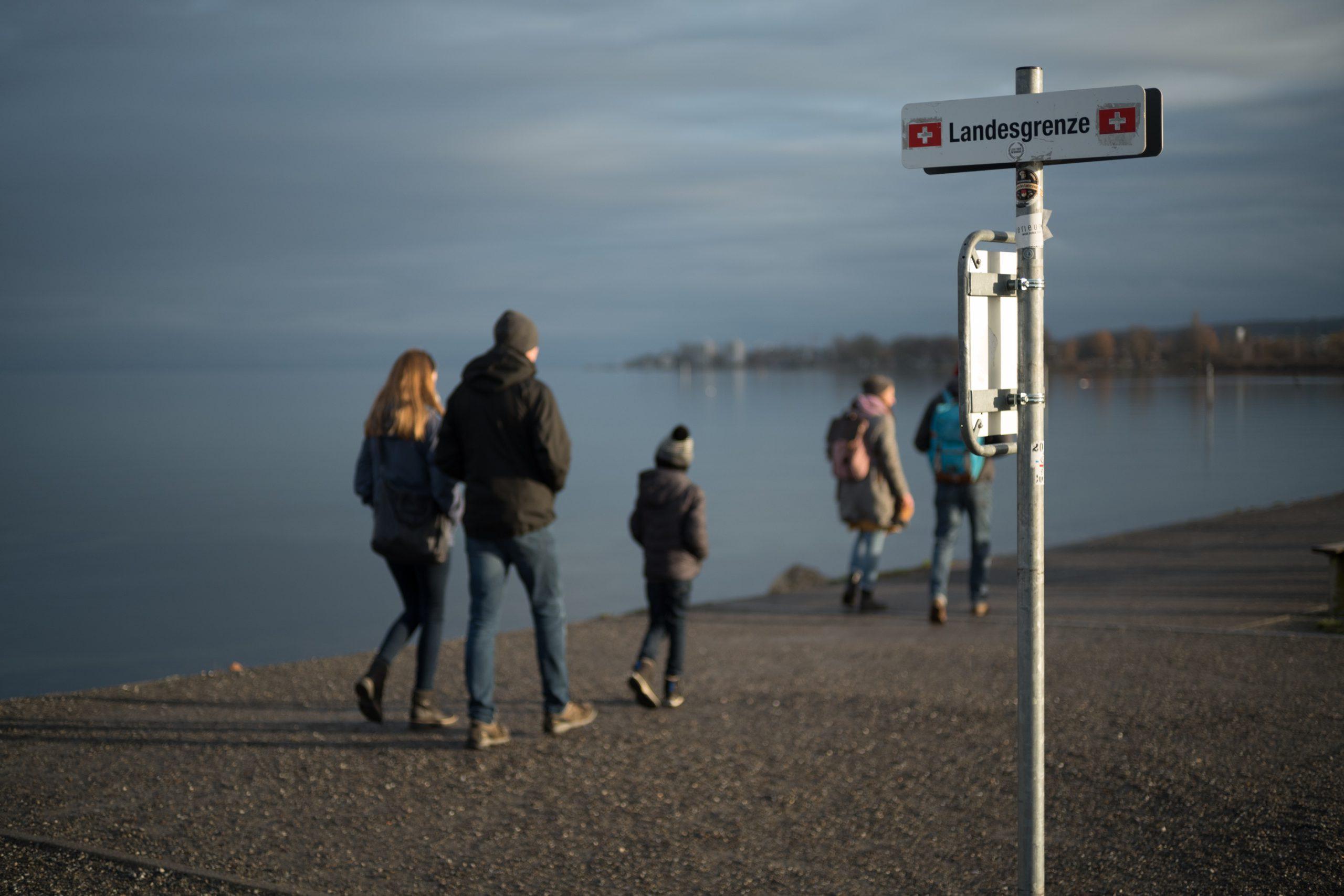 Zwischen Deutschland und Schweiz, zwischen Land und See, zwischen Normalität und Kreise. Der Sonntag vor dem zweiten Lockdown. Konica M-Hexanon 50/2 an Leica SL.