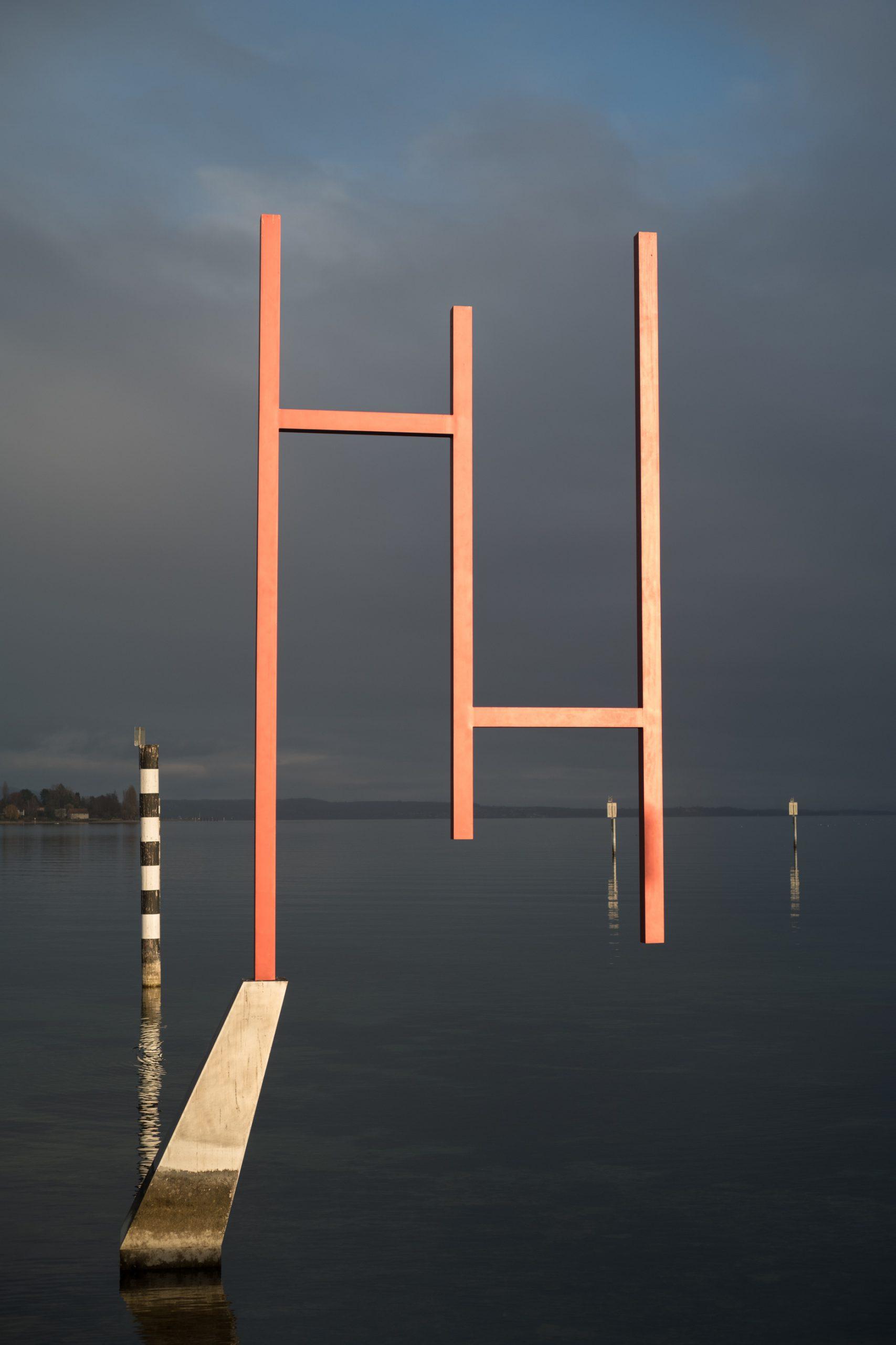 Land Art gibt auch im Wasser. Die Kunstgrenze zieht sich bis in den Bodensee hinein, weiter draußen gibt es dann nur noch Zeichen für Fischerei und Schifffahrt. Konica M-Hexanon 50/2 an Leica SL.