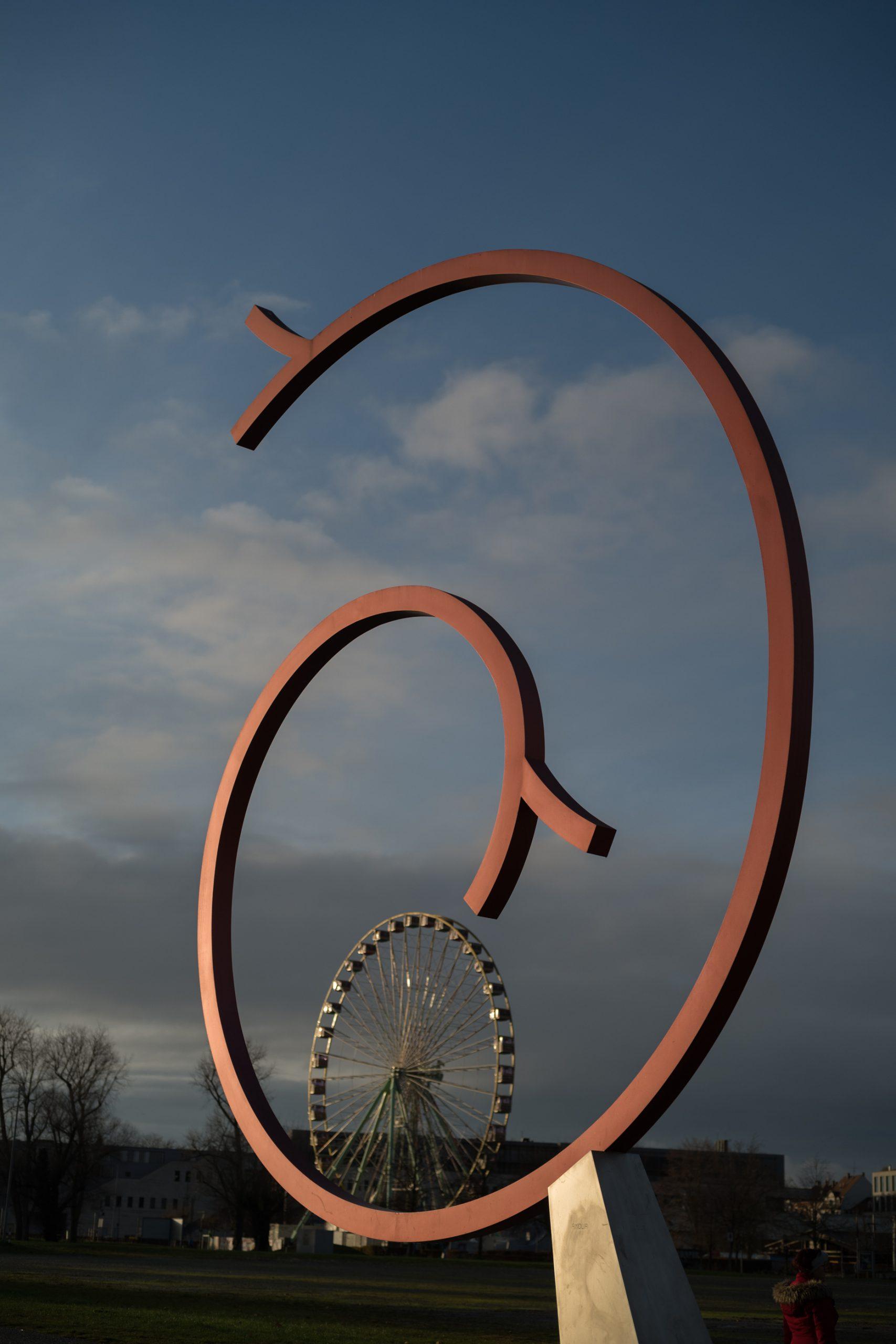 """Die Skulpturen der Kunstgrenze beziehen sich auf das Tarot. Ich kann mit Esoterik nichts anfangen, aber ein toller Ort ist's allemal. Diese Figur steht für die """"Die Liebe"""". Mir hatten es eher die offene und die geschlossene Kreisform angetan. Konica M-Hexanon 50/2 an Leica SL."""