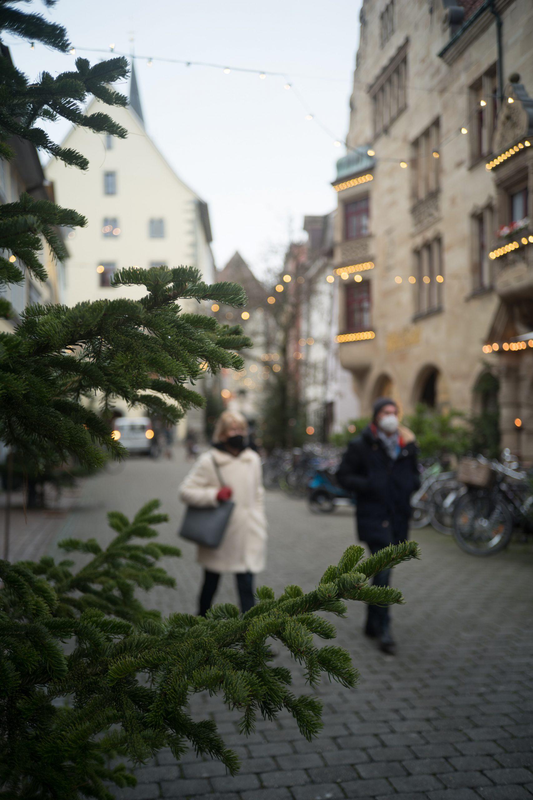 Mit Baum und Maske: Konstanzer Altstadt vor Weihnachten und Winter-Lockdown 2020. Rollei Sonnar 40/2.8 an Leica SL.