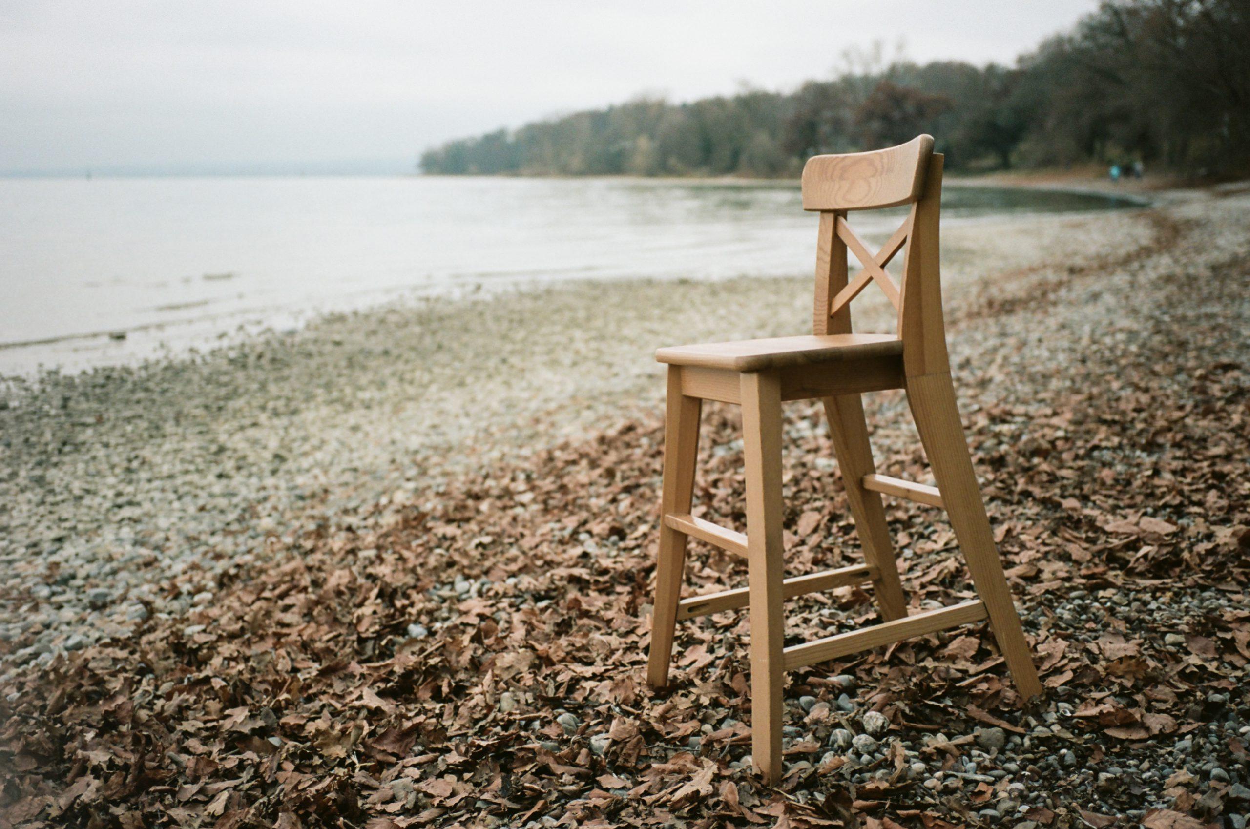 Was immer der Stuhl hier am Bodenseeufer soll: Schönes Bokeh. Zeiss Ikon mit Biogon 25/2.8 ZM. Kodak Portra 160