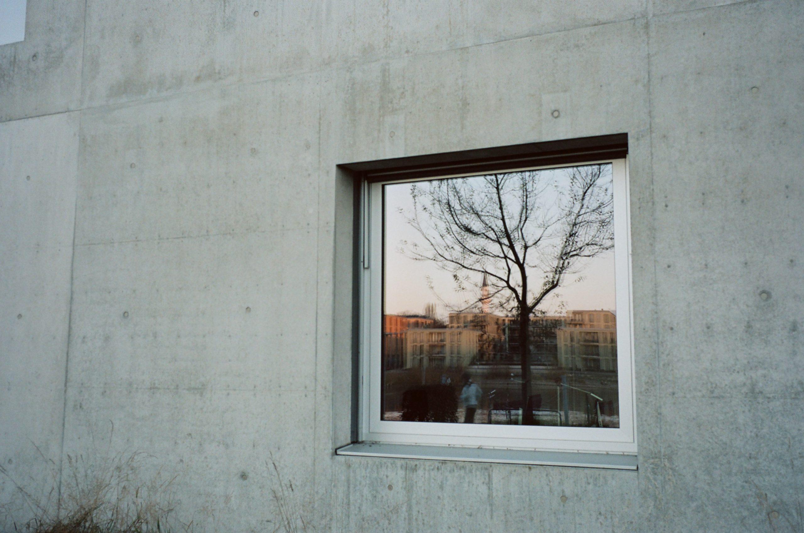 Fenster zur Zukunft: Hochschule Konstanz, Reflexion der Moschee. Zeiss Ikon mit Biogon 35/2.8 ZM. Kodak Portra 160.