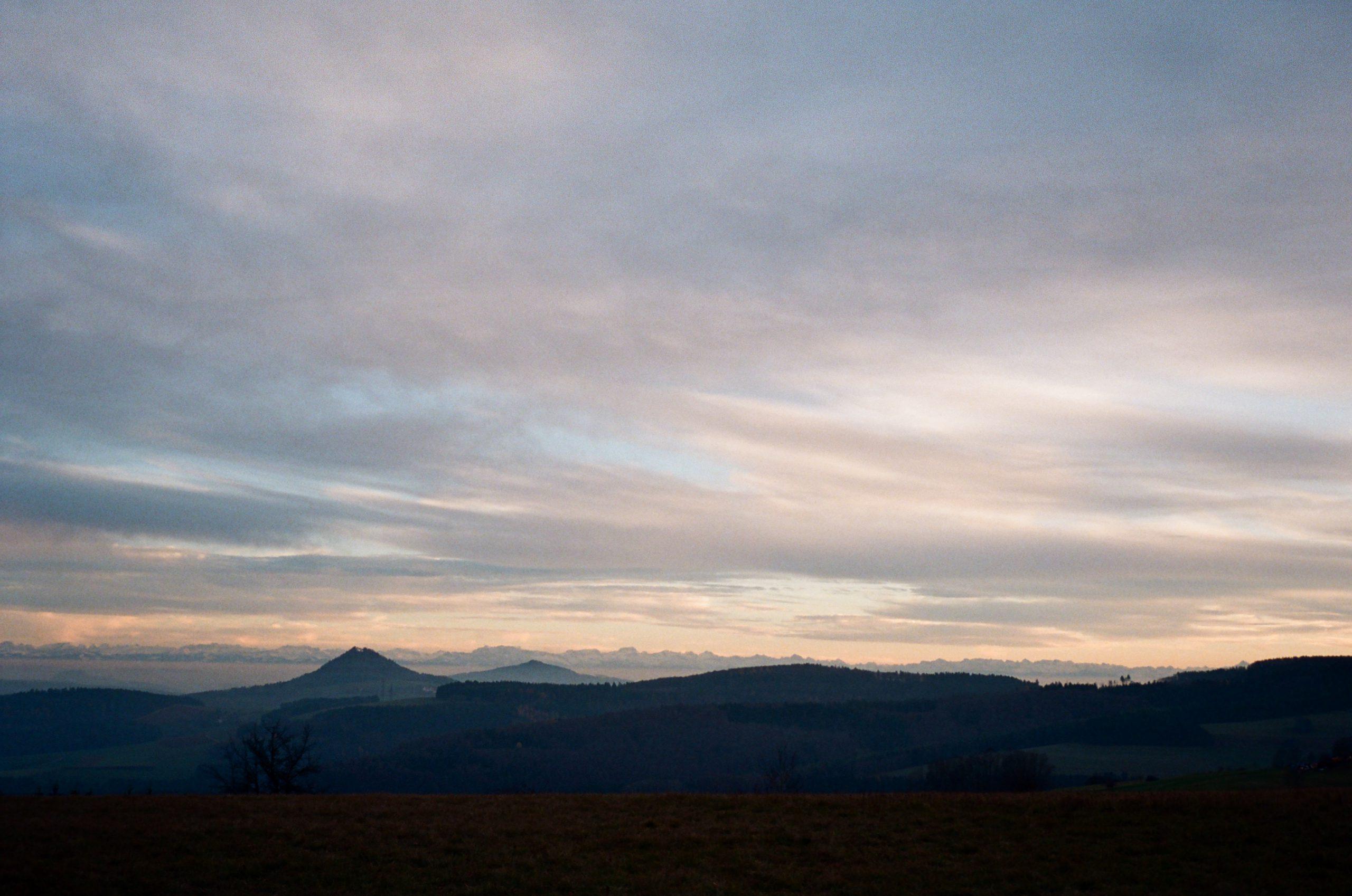 Im letzten Abendlicht scheinen sich die Hegauvulkane direkt in die (tatsächlich ziemlich weit entfernte) Alpenkette fortzusetzen. Beachtliche Detailzeichnung und Farben angesichts der Ausrüstung, die nun wirklich nicht high end ist. Voigtländer Color Skopar 35/2.5 an Bessa T. Kodak Ultramax 400.