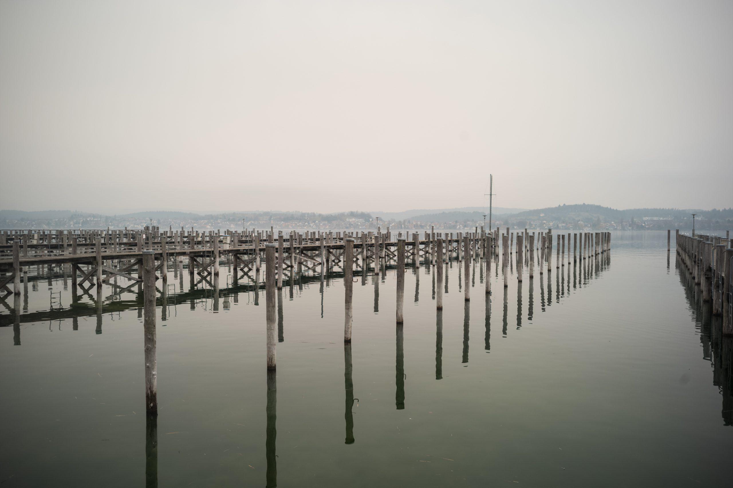 Winter und dann auch noch Corona: Normalerweise ist am Yachthafen Reichenau immer viel los. Aber was ist schon noch normal? M-Rokkor 40/2 an Minolta CLE, Fujicolor C200
