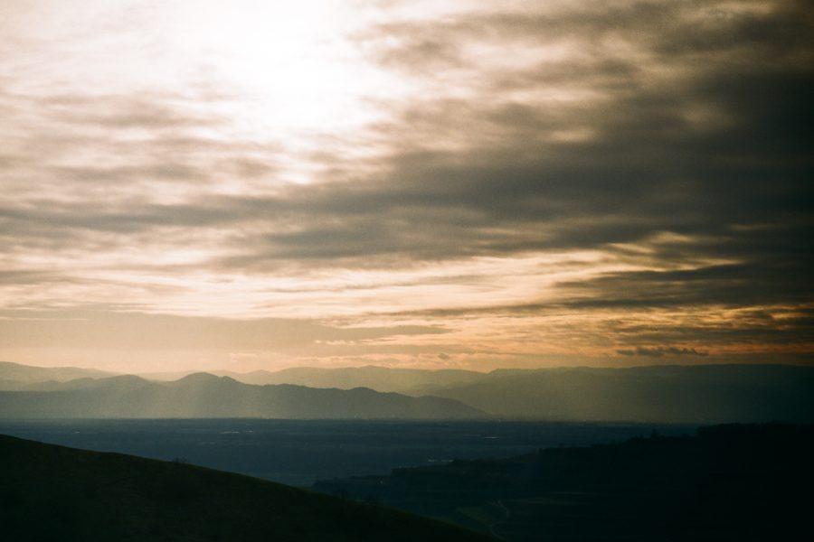 … den von hier aus sieht man weit über die Rheinebene hinüber in die Vogesen. Man beachte die schöne Zeichnung im Himmel. M-Rokkor 90/4 an Minolta CLE, Fuji C200