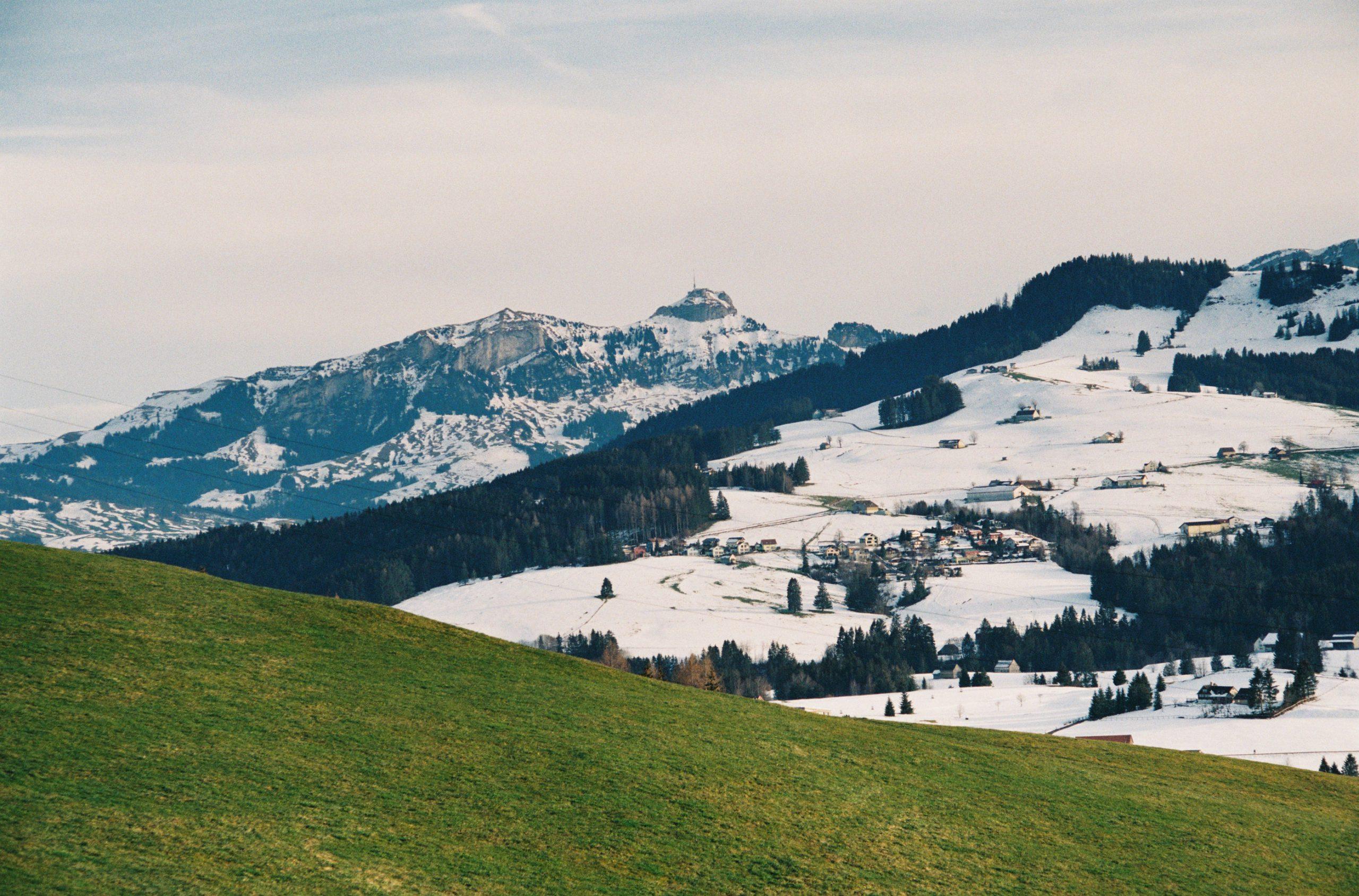 Nach eineinhalb Filmen erfreute sich der Verschluss einer Spontanheilung. Da waren wir leider fast wieder im Tal. Der Gipfel hinten ist der Hohe Kasten, ein Top-Aussichtspunkt im Appenzellerland. Elmar-C 90/4 an Leica CL. Kodak Ultramax 400
