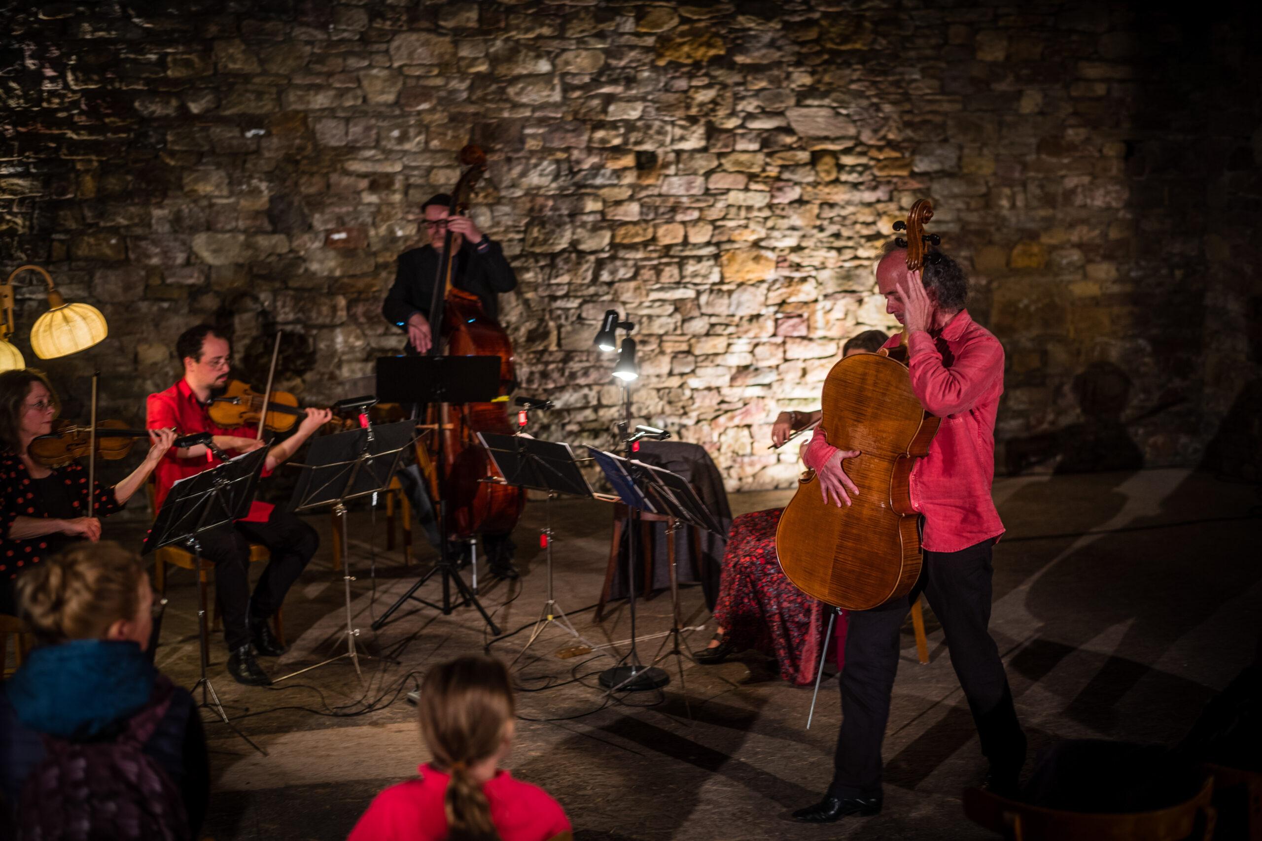 Willem Schulz tanzt mit seinem Cello Tango